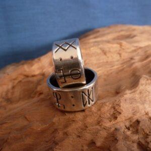 Anillo de plata de ley con runas del amor