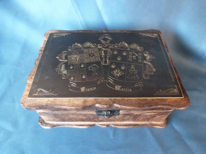 Cofre con escudo grabado